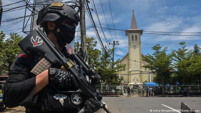 14 wounded from a bomb blast in an Indonesian church